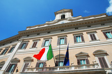 Palazzo Montecitorio Con Bandiera: Camera Dei Deputati, Roma