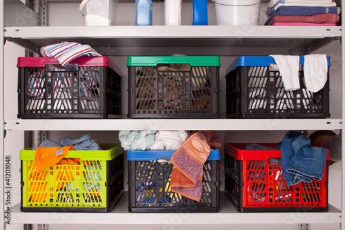 Schmutzwäsche sortieren, Ordnung im Haushalt - Waschküche ...