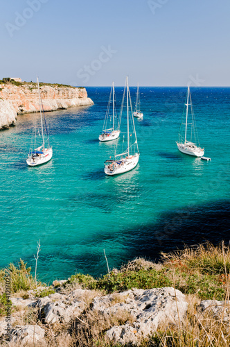 Foto-Leinwand - Sailing boats in the bay of Cala Magraner, Majorca