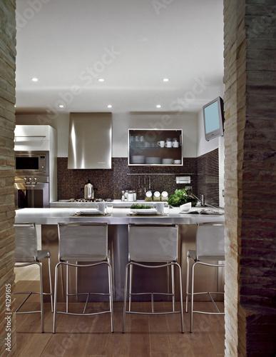 cucina moderna con pavimento di legno – kaufen Sie dieses Foto und ...