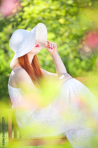 Tematy obrazów  tajemnicza-dziewczyna-w-ogrodzie