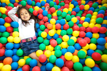Fototapeta na wymiar enfant jouant dans une piscine a balles