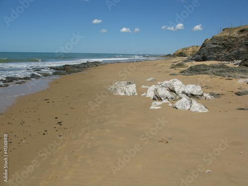 Cuadros en Lienzo Rochers sur la plage de Sauveterre en Vendée avec quelques nuages en symétrie