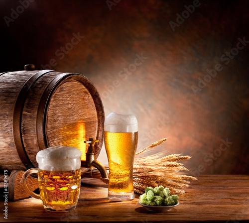 beczka-piwa-z-szklanki-piwa-na-drewnianym
