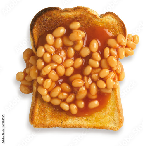 Photo  overhead view of beans on toast isolated on a white background w