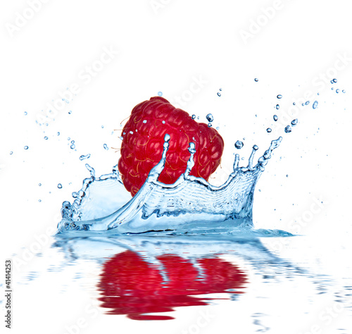 Poster Eclaboussures d eau Raspberry falling into water, isolated on white background.