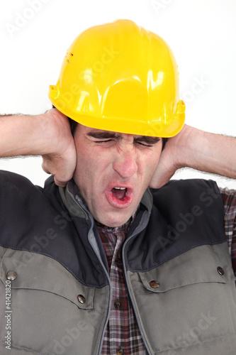Plakaty BHP handlowiec-zakrywajacy-uszy