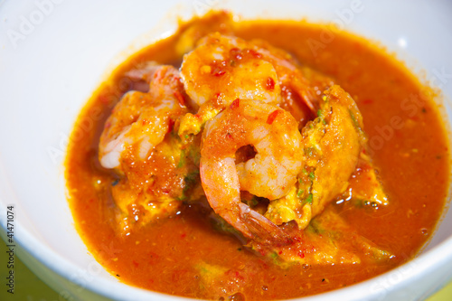 Photo  Hot and sour curry with tamarind sauce, shrimp and vegetables