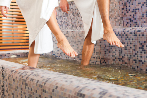 Fotografie, Tablou Mann und Frau beim Wellness Wassertreten