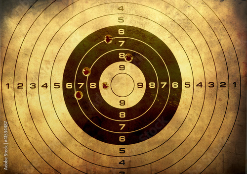 Fotografía  Target with bullet holes over grunge background