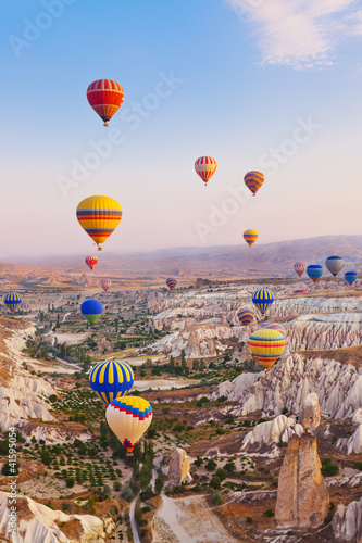 Poster Montgolfière / Dirigeable Hot air balloon flying over Cappadocia Turkey