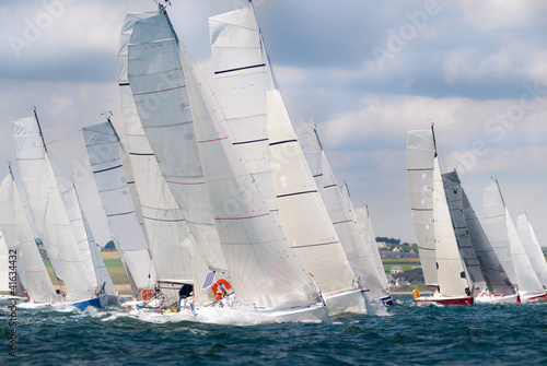 Valokuva group of yacht sailing at regatta