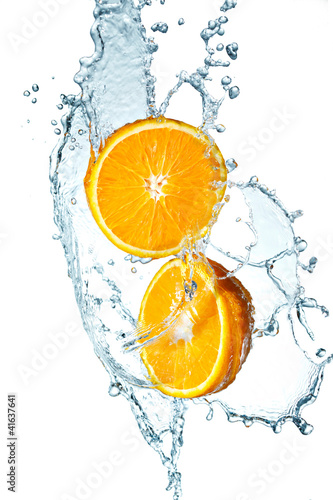 Spoed Foto op Canvas Opspattend water Juicy Orange with water splash on white background