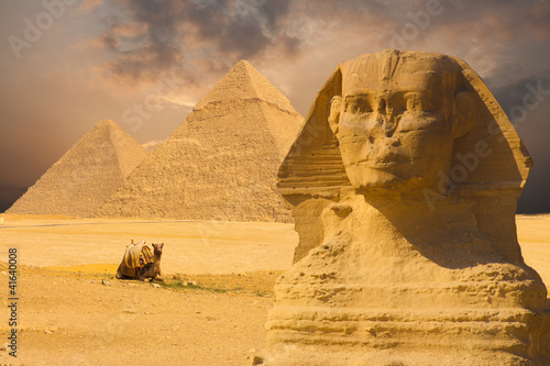 Tuinposter Egypte Great Sphinx Face Pyramids Sunset Background