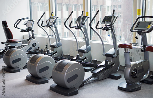 Fotografie, Obraz  Trainingsgeräte im Fitnessstudio - TLerch