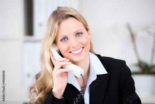 Foto  fröhliche geschäftsfrau am telefon