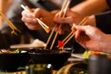 Junge Leute Essen In Einem Tha...