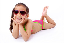 Enfant Allongée  En Maillot De Bain Et Lunette De Soleil