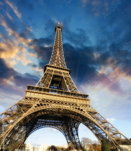 Poster Parijs Beautiful photo of the Eiffel tower in Paris with gorgeous sky c
