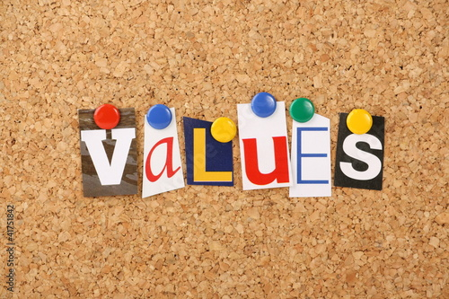 Fotografía  The word values in letters pinned to a cork board
