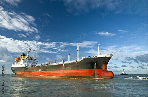 Poster Naufrage Cargo ship run aground on rocky shore shore