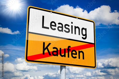 Fotografía  Ortseingangsschild mit Leasing und Kaufen