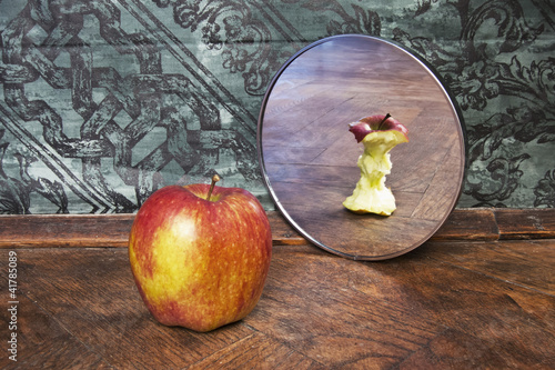 Photo surrealistic picture of an apple reflecting in the mirror