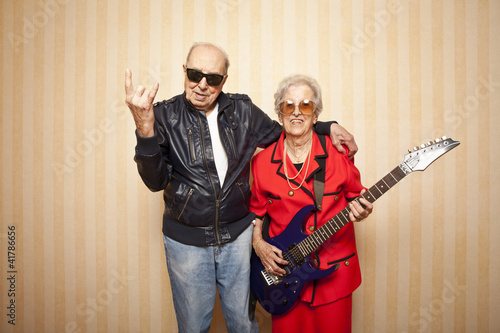 Fotografia  cool fashion elder couple with electric guitar