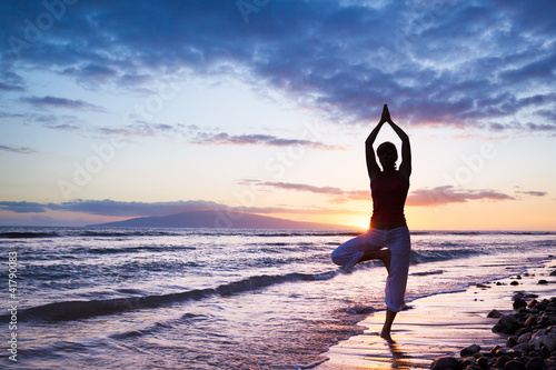 Foto Rollo Basic - Silhouette of a beautiful Yoga woman (von EpicStockMedia)