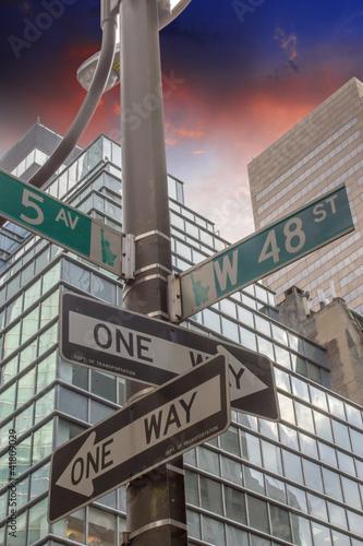 znaki-drogowe-wskazujace-skrzyzowanie-drog