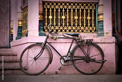Türaufkleber Fahrrad old bicycle leaning against vintage facade