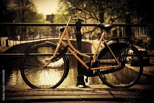 Plakat Amsterdam. Romantyczny most kanałowy, rower