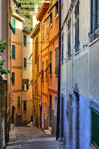 kolorowa-waska-ulica-w-cinque-terre-wlochy