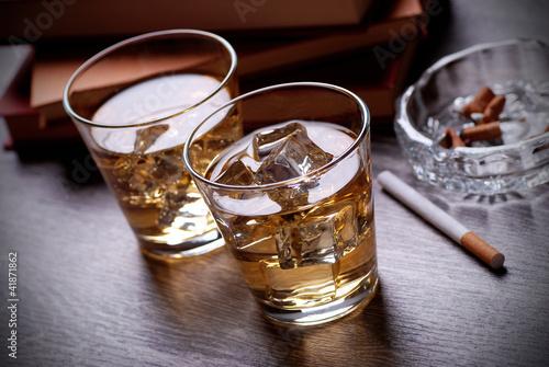 bicchieri di whisky, libri e sigarette Wallpaper Mural