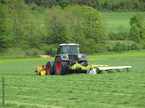 Photo  Traktor beim Mähen
