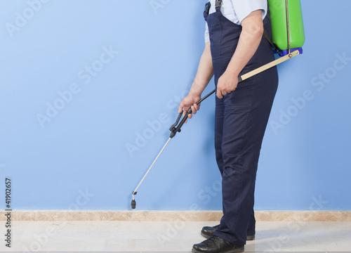 Fotografía  Man spraying insects- pest control