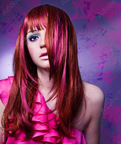 Deurstickers Kapsalon Frau mit modischem, buntem Haarschnitt / haircolors-03