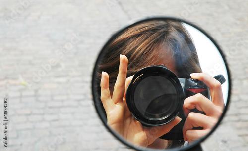 obraz lub plakat Riflesso di una fotografa nello specchietto di un motorino