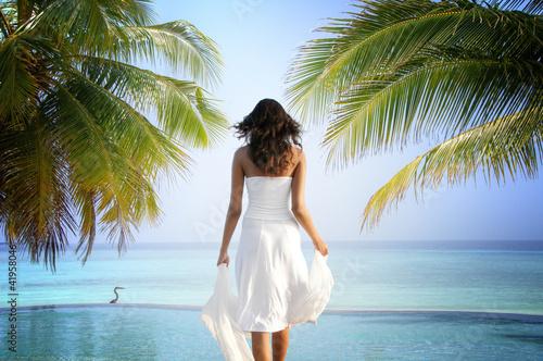 kobieta-stojaca-w-luksusowym-tropikalnym-basenie-bez-krawedzi-m