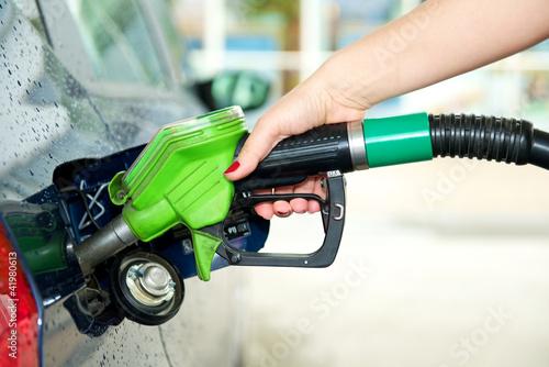 Fotografie, Obraz  Frau tankt Auto an Tankstelle