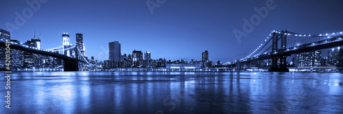 Plagát  View of Manhattan and Brooklyn bridges and skyline at night