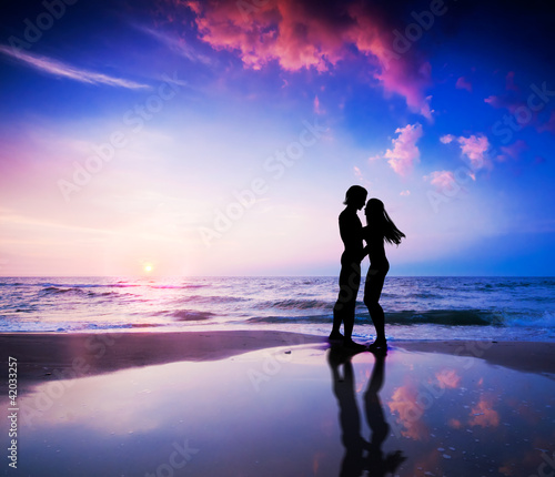 Foto Rollo Basic - Romantic couple in love on beach at sunset (von Photocreo Bednarek)