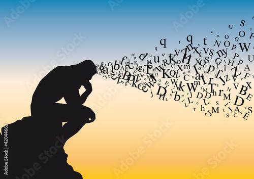 Fotografía  Concept de la réflexion avec symboliquement des lettres de l'alphabet qui s'échappent de la tête d'un homme qui médite dans la position du penseur de Rodin