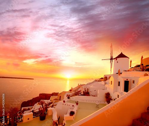 Plakaty krajobraz santorini-z-starym-wiatraczkiem-w-oia-wiosce-grecja