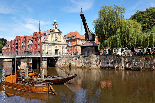 Fotografie, Tablou  Stintmarkt mit alter Kran in Lüneburg, Deutschland
