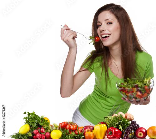 Plakaty o zdrowiu   kobieta-z-salatka-odizolowywajaca-na-bielu