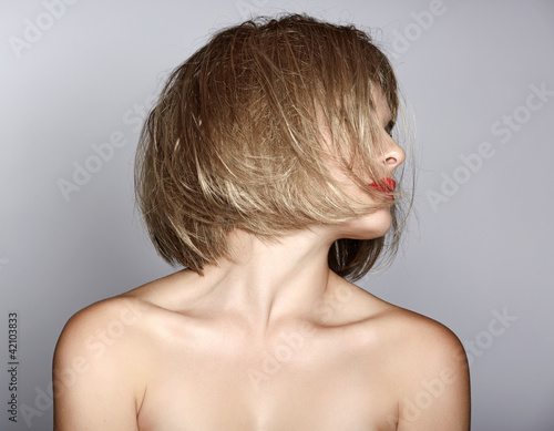 woman with blond bob Fotobehang
