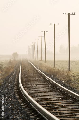 Poster Voies ferrées Einspurige Bahnlinie im Morgennebel