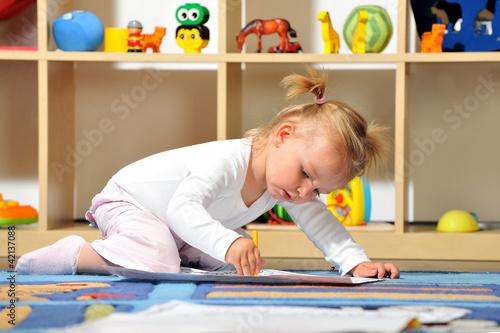 Foto  Kleines Mädchen malt mit Buntstiften