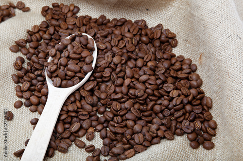 Fototapeta kawa   ziarna-kawy-i-drewniana-lyzka-na-zwolnieniu